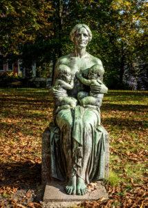 Kunstwerk: Frau mit zwei Babies an ihrer Brust